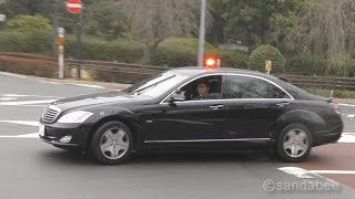 ベンツ警護車両をはじめ多数の警護車両とともに、皇居の御所を訪れたミ...