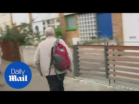 Jeremy Corbyn does awkward u-turn to evade reporter in London