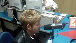 4Jota Santos radialista entrevistando Roberto Leal