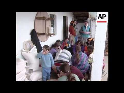 ALBANIA: KUKES: FAMILY TAKES IN 43 KOSOVAR REFUGEES
