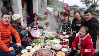 大年三十年夜饭吃火锅,一锅麻辣一锅清汤,酒足饭饱再赏烟花