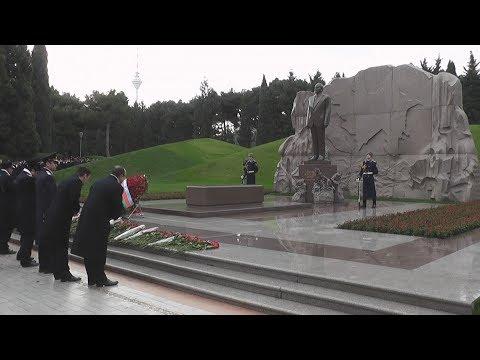 Azərbaycan xalqı Ümummilli Liderə ehtiramlarını ifadə edir