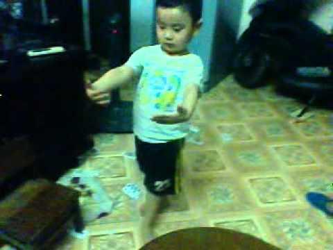 em bé 4 tuổi hầu đồng