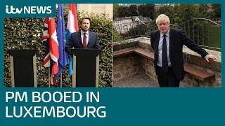 Boris Johnson botst met woedende betogers en premier van Luxemburg