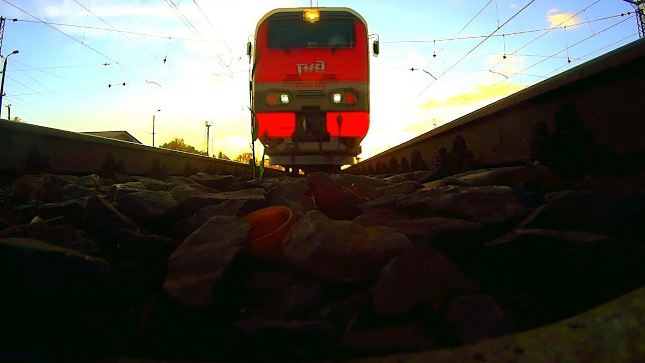 Что за поезд? Смотрим поезда положили камеру под поезд на железную дорогу