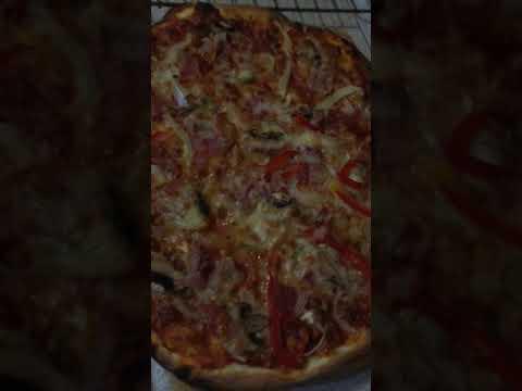 Pizza po upieczeniu