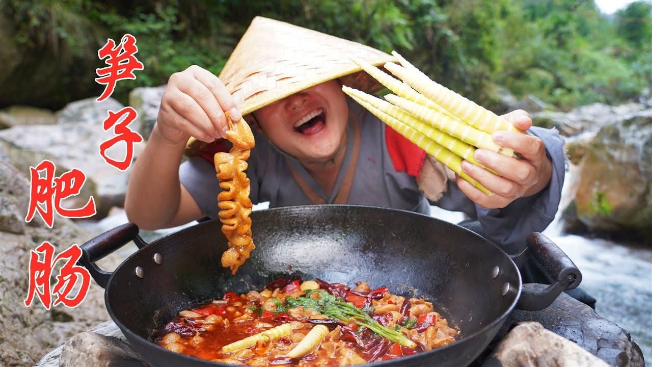 【Shyo video】山上的竹笋长疯了,赶快掰了几根拿来烧肥肠,香辣过瘾真带劲!