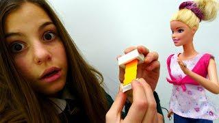 ЛАЙФХАК от Барби и подружки Вики: шпаргалка в ластике! Видео для девочек