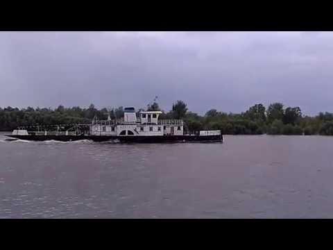 видео: Колесный буксир и баржа с песком, река Иртыш