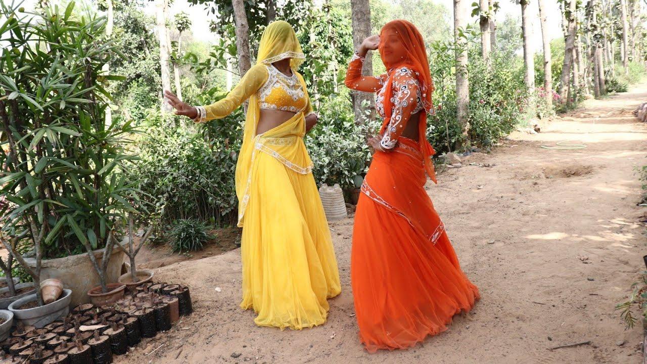 इन दोनों महिलाओं ने लगाए बगीचे में देहाती ठुमके || जान मेरी पहन के पीला सूट || Ajeet Katara Rasiya