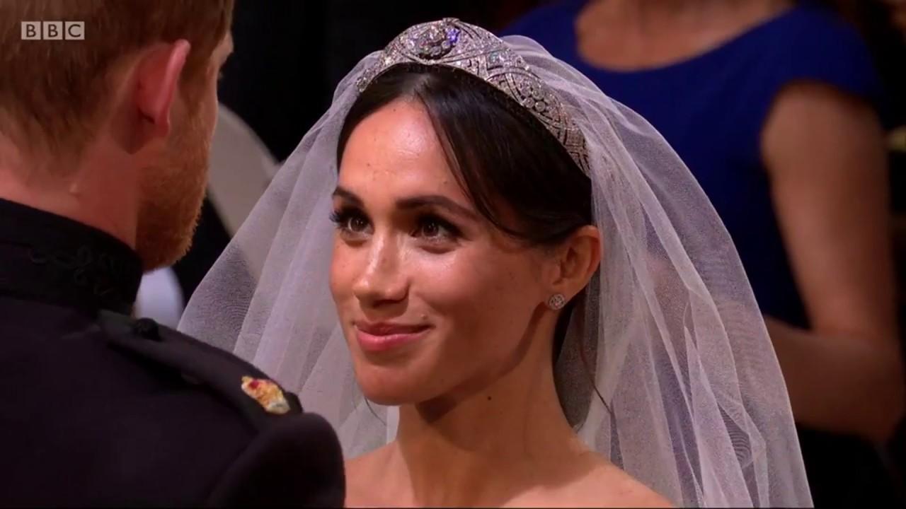Royal wedding 2018: Prince Harry lifts Meghan's veil - BBC News