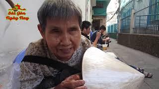 Download Video Bà Tư mù bán vé số bật khóc khi nhận quà của ân nhân bên Mỹ MP3 3GP MP4