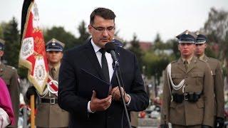 Wojciech �uczak, prezes Fundacji 'Niez�omni' podczas pogrzebu pi�ciu �o�nierzy Wykl�tych w Ostro��ce
