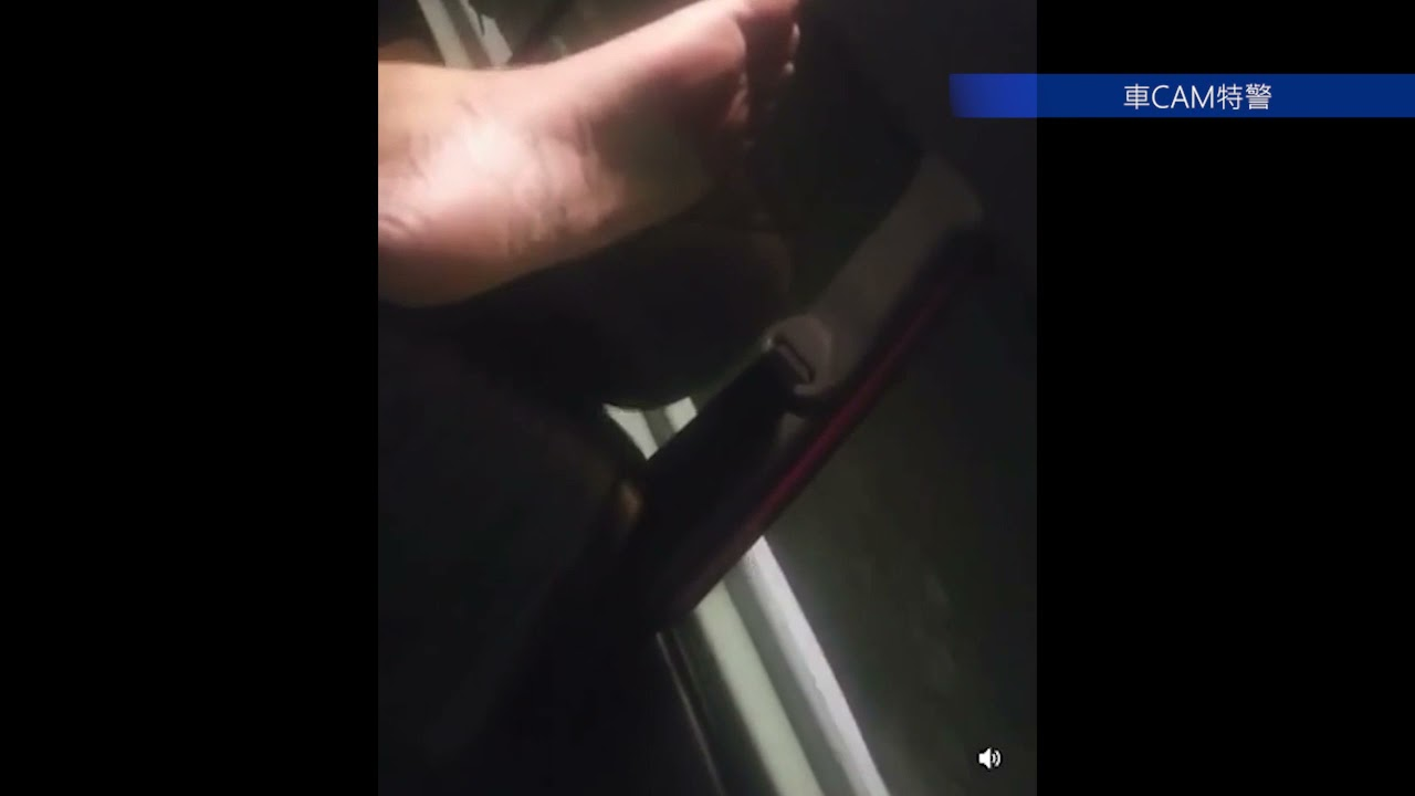 Download 直擊 - PK乘客坐的士除鞋架高隻腳,仲伸埋過去司機位