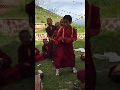 藏地寺庙耍坝子时的娱乐