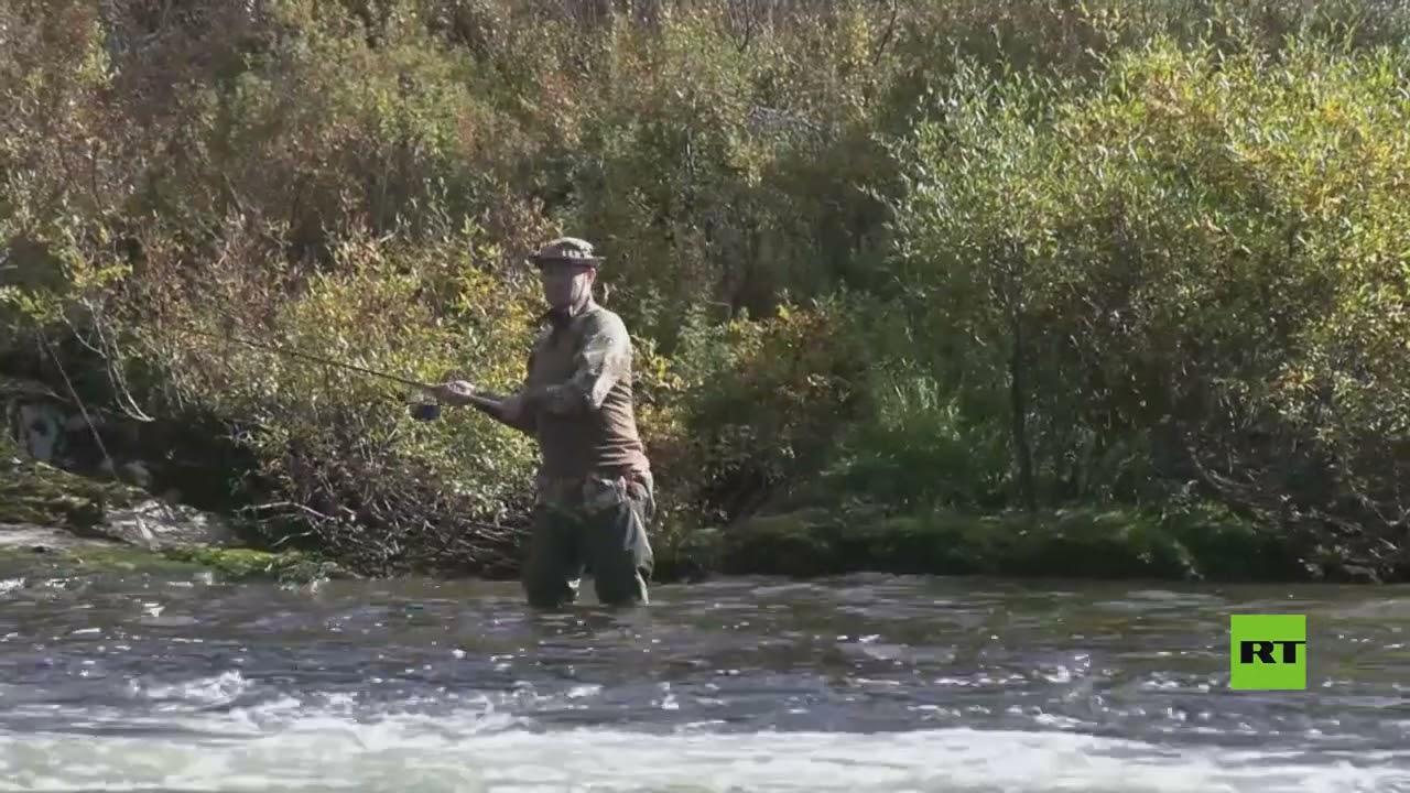 بوتين يصطاد السمك أثناء إجازته في سيبيريا
