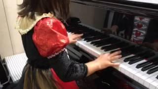 普段はエレクトーンレッスンの小2 Rちゃん、 学校の合唱伴奏に選ばれました! ハロウィンの衣装で来てくれたので、 記念に演奏を撮らせても...