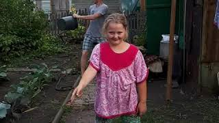 Деревенский отжог)))😀😂🤣😁 батя зажигает😆😆  танец с ведрами 🗑🗑🗑 помог малой😁🤣🤣😎😎😎