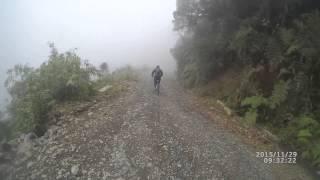 Дорога смерти на велосипеде (полная версия), Death Road (La Paz -(Дорога Юнгас находится в Боливии. И не случайно ее другое название —
