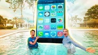 📱 (BIG IPHONE PRETEND PLAY) iPHONE NOVO NA PISCINA - BRIGA DE IRMÃOS HISTORINHA