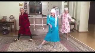 Танец гоу-гоу келинок взорвал интернет(В Сети появилось вирусное видео зажигательного танца келинок. Три девушки в халатах и платках синхронно..., 2016-12-26T11:35:10.000Z)