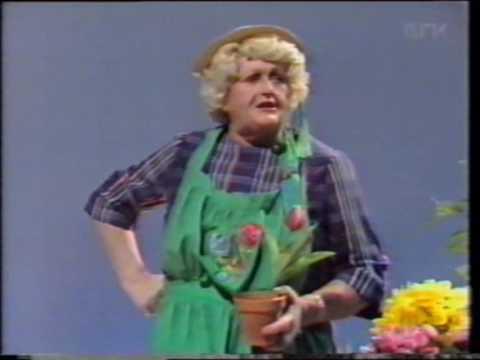 """Elisabeth Granneman synger """"Si det med blomster"""" på Chat Noir"""