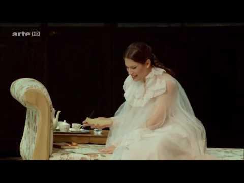 Francesca Dotto, soprano e i frammenti della Traviata con abiti Valentino