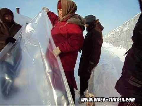 видео: Проклеивание полос пленки для укрывания теплицы