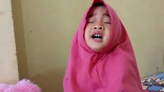 Anak kecil ini bisa menyanyi lagu komaru