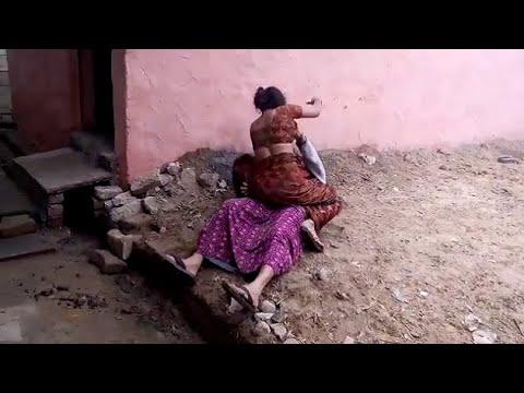 Agra में दो महिलाएं आपस में भिड़ी, एक-दूसरे को जमकर पीटा | NYOOOZ UP