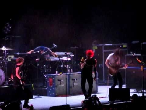 Video clip hay Gerard Way cleans up after Frank Iero on ...