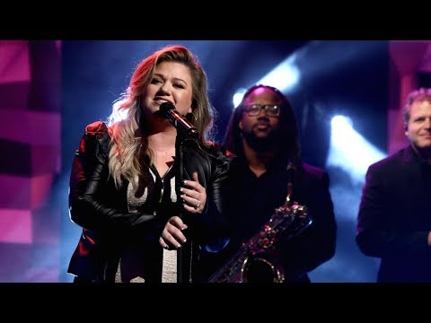 Kelly Clarkson Performs Love So Soft