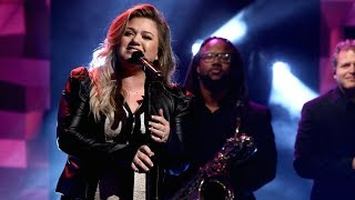Kelly Clarkson Performs 39 Love So Soft 39