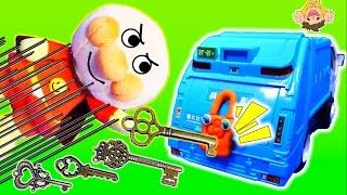 アンパンマン はたらくくるま カギ❤️働く車の仲間にイタズラバイキンマンが鍵をかけちゃった!これじゃお仕事できないよー!アニメ おもちゃ