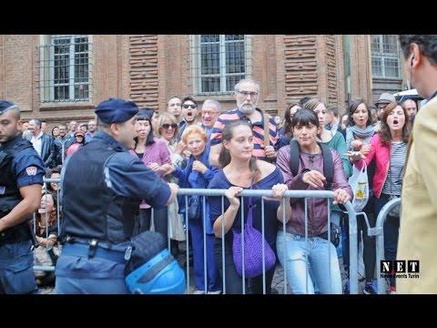 LGBT a Torino provoca Sentinelle in Piedi piazza Carignano. NET