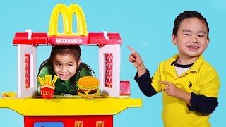 Jannie y Lyndon Hacen Hamburgueseria de McDonalds | McDonald's Toy Pretend Play