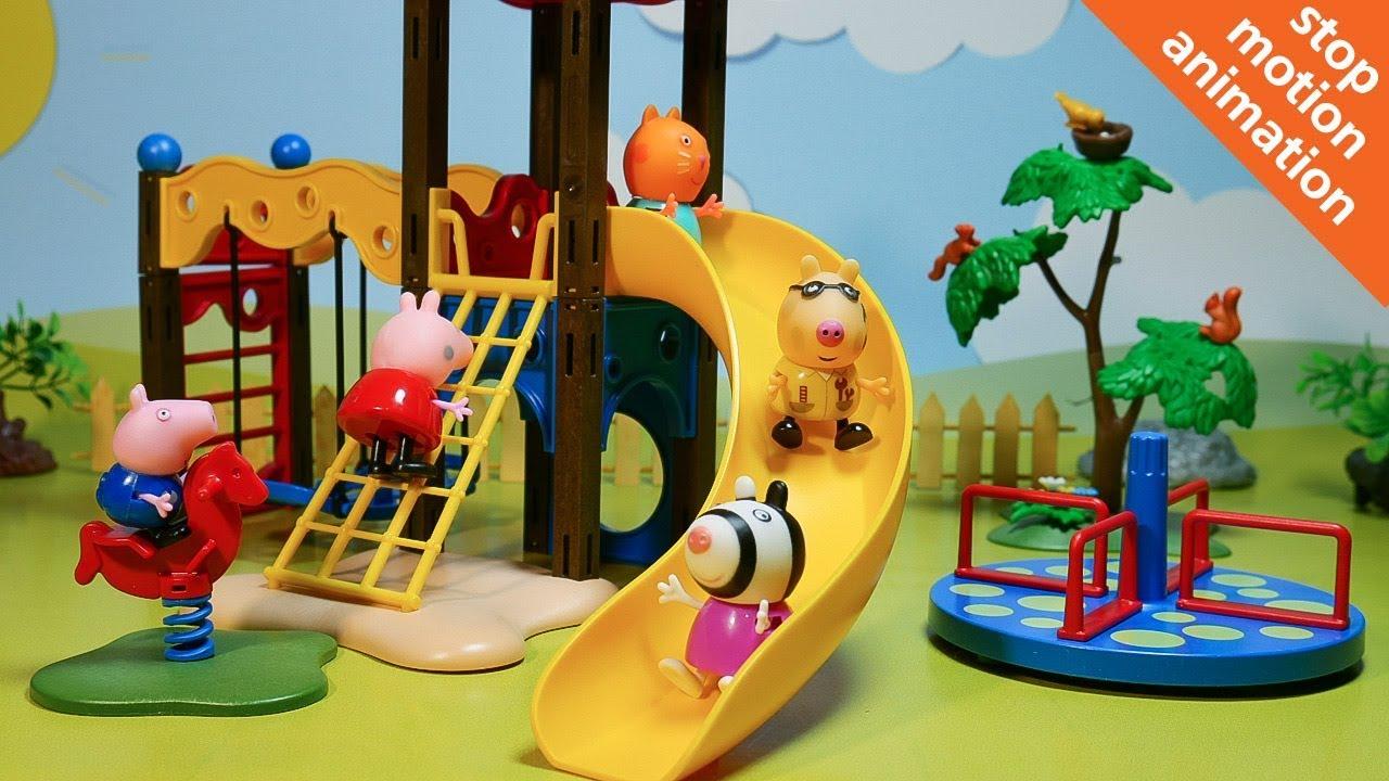 Свинка Пеппа и ее друзья играют на детской площадке ...