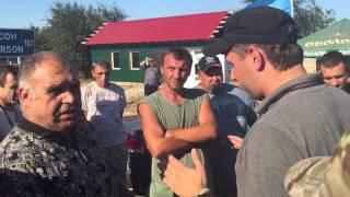 Блокада Крыма: активисты и дальнобойщики чуть не подрались. Парасюк всех успокаивает