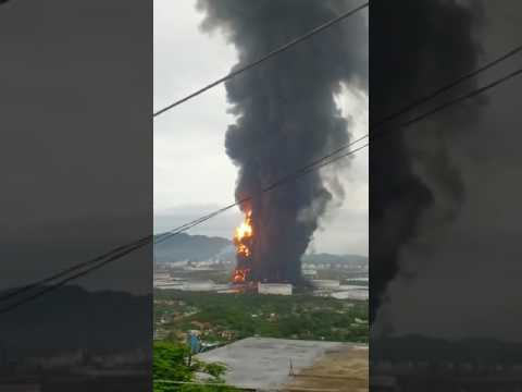 Massive Fire Breaks Out at Mexico State Oil Company's Largest Refinery