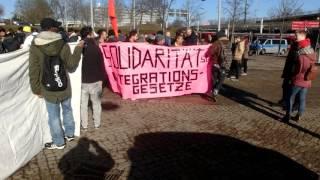 Demo gegen Flüchtlings-Abschiebungen+Satire-Gegendemo,Teil1