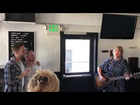 "Taylor Swift serenades a couple ""King Of My Heart"" (acoustic)  #Trend"