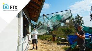 Szklenie okien przy pomocy żurawia