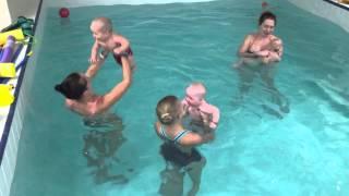 Груднички плавают с мамами-Обучение плаванию в бассейне в Минске для детей (Курсы,Секция,занятия)