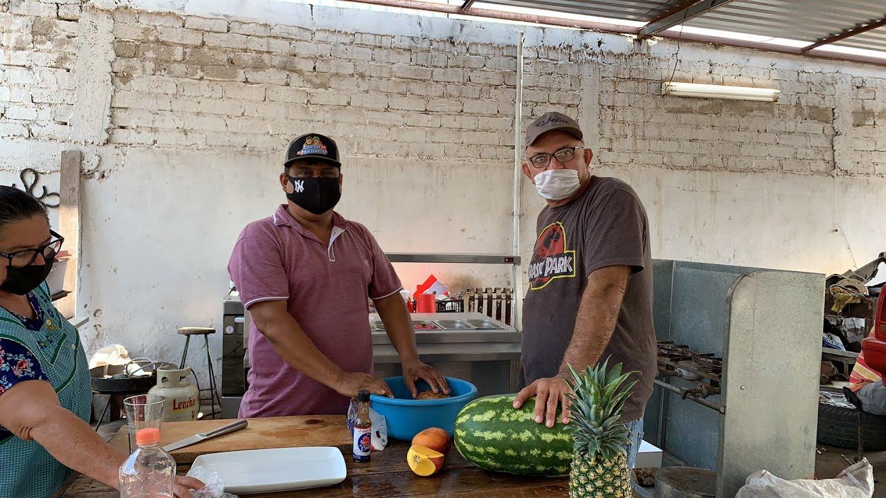 Comiendo frutas el Mariskero desde el taller
