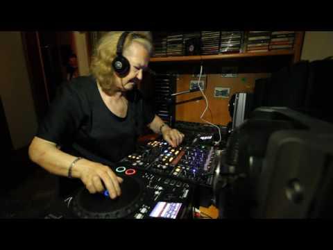DJ la nonna si diverte alla consolle