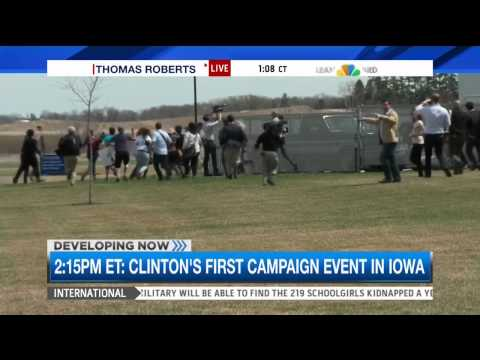 Media sprints after Hillary Clinton's van in Iowa