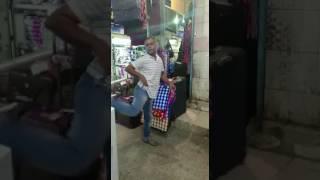 شاهد .. عامل من جنسية عربية يستفز أصحاب محلات تجارية في أحد الأسواق الشعبية بجدة