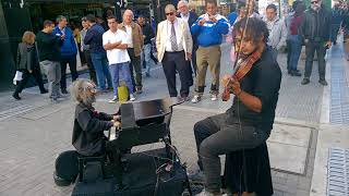Increíble Violinista callejero con marioneta de Pianista en...