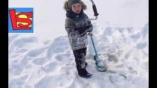 Делаем быструю ледяную горку Проверяем толщину льда на нашем озере