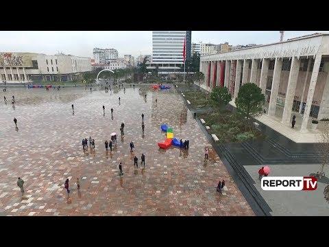 Report TV - Tiranë, në sheshin Skënderbej vendosen 41 stola shumëngjyrësh të stilit vjenez